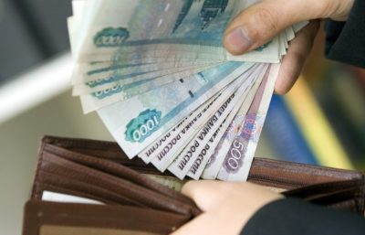Изображение - Как встать на биржу труда и получить пособие по безработице poluchaet_zarplatu_1_07173002-400x257