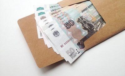 Изображение - Как встать на биржу труда и получить пособие по безработице poluchaet_zarplatu_2_07173030-400x244