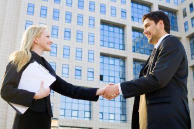Изображение - Как делить квартиру, приобретенную в ипотеку до брака muzhchina_i_zhenschina_zhmut_ruki_1_12174903-400x267